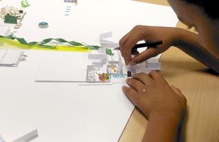 """Atelier animé par le CAUE 91 et l'association ICI! pour les élèves du collège Rosa Luxemburg à Lisses.  Action """"Collèges en chantier"""" menée en 2019."""
