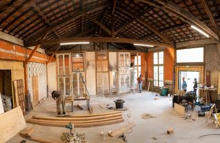 En cours de construction, la façade de l'Atelier est conçue à partir de matériaux réemployés.