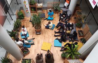 Le jour de l'inauguration, les collégiens s'approprient l'atrium transformé en agora.