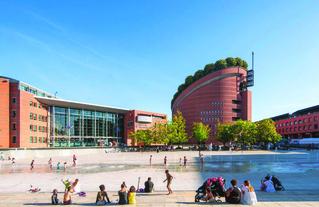 Une journée d'été en 2020 sur la Place des Droits de  l'Homme et du Citoyen, imaginée en 1991 par Kathryn Gustafson, architecte paysagiste. Action menée en 2020