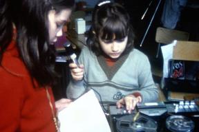 """""""Sur les banc de l'école"""" - Enregistrement audio par des filles."""