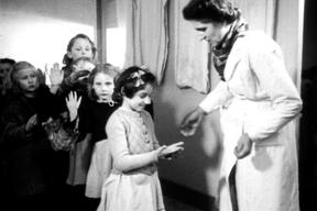 """""""Sur les banc de l'école"""" - École la Roserais - Mains propres."""