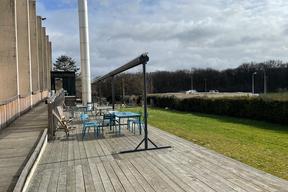 La Piscine d'En Face - La terrasse ouverte sur le stade et le bois des Trous